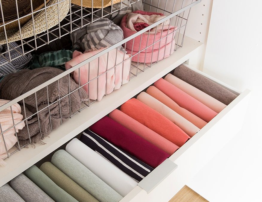 Cuatro consejos para organizar tu armario  y ganar espacio.